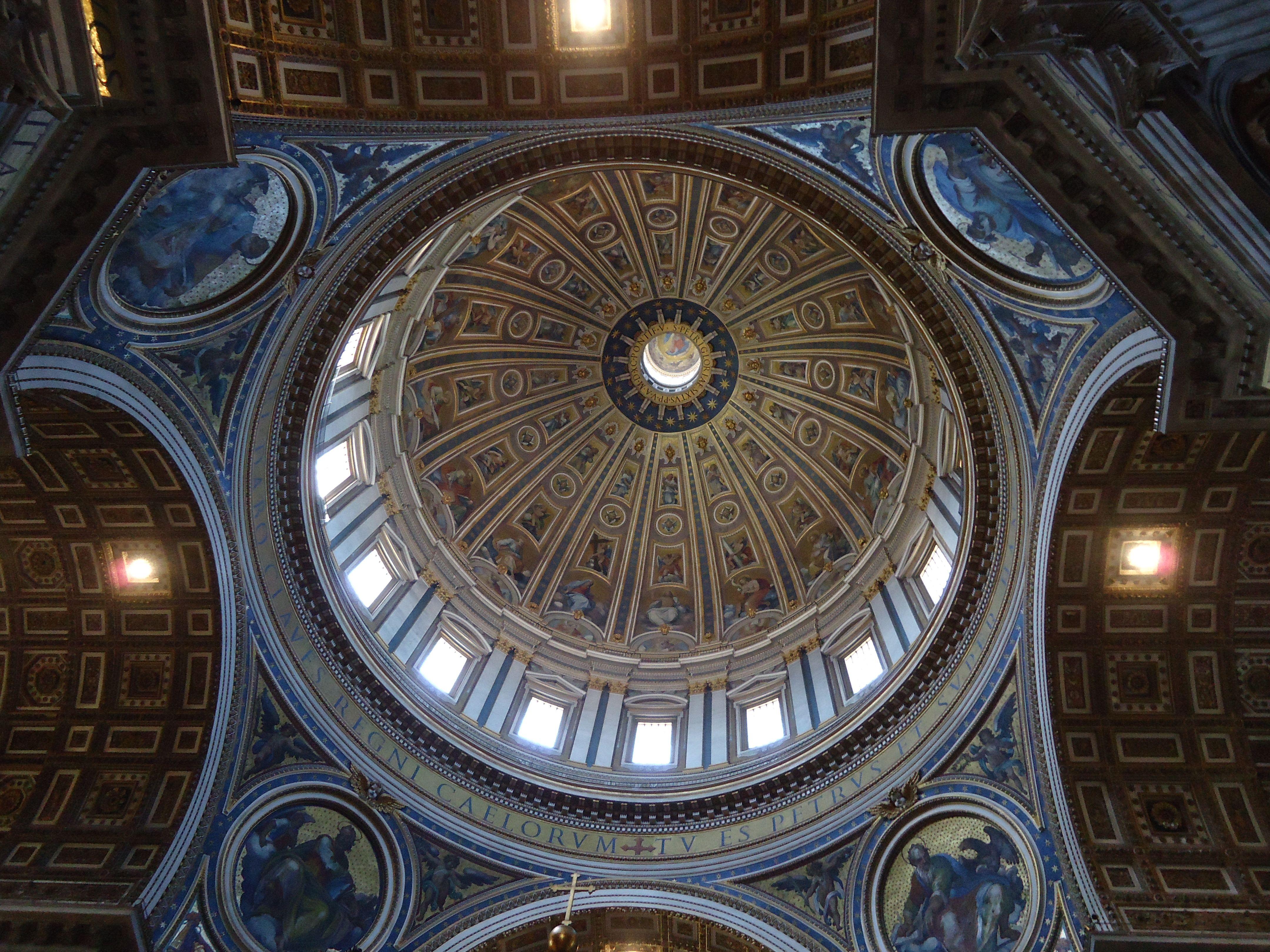 Grote koepel Michelangelo in de Sint-Pietersbasiliek - Vaticaan - Rome