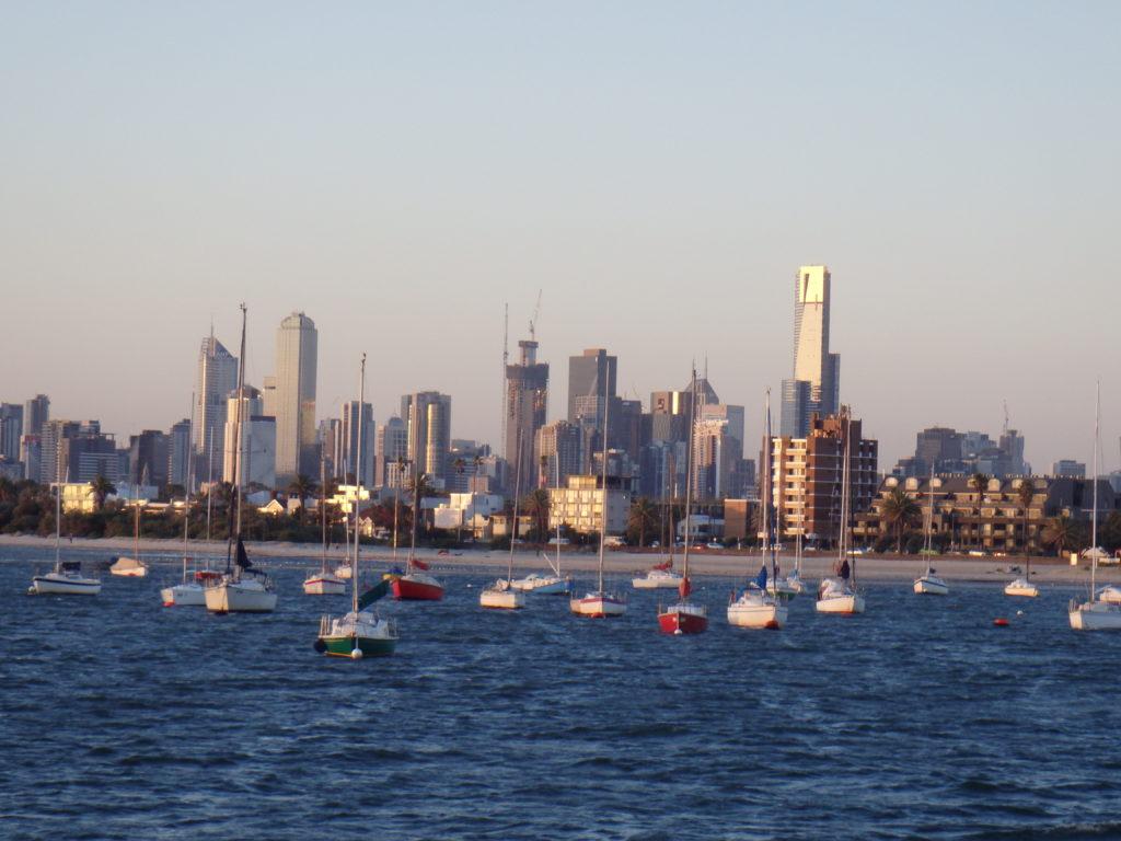 Melbourne skyline vanaf de pier in St.Kilda