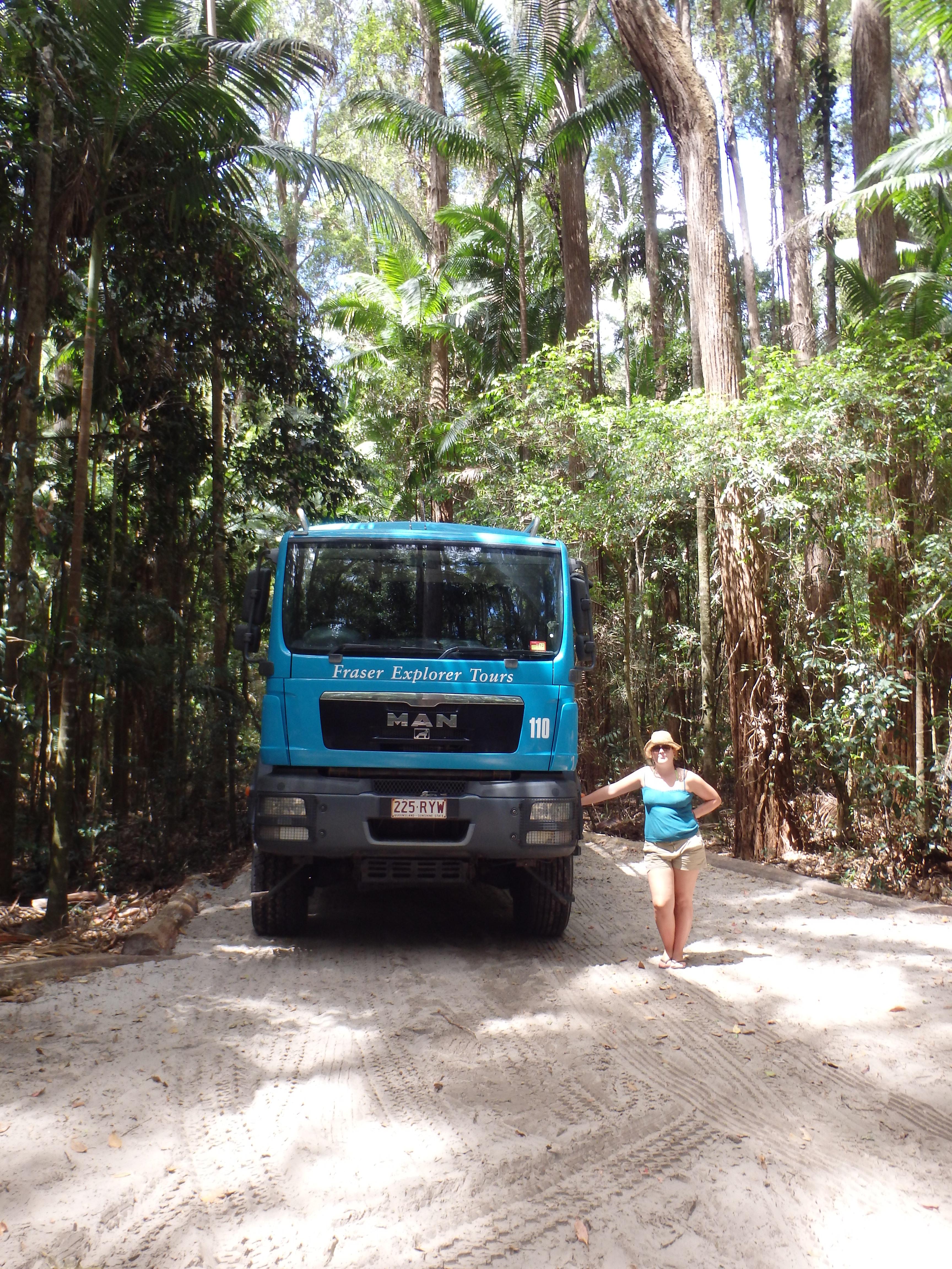 Davina naast grote jeep/truck/bus om rond te rijden op Fraser Island