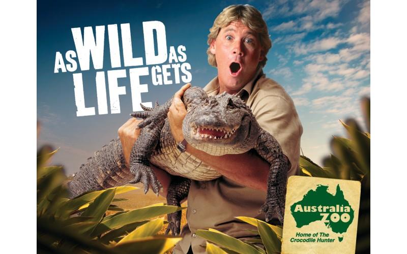 """Reclame Australia Zoo: """"As wild as life gets""""; Steve Irwin met krokodil in de armen"""