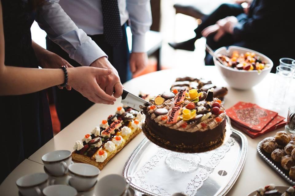 aansnijden van de taart, hand in hand