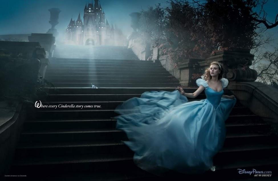 Cinderella (Scarlett Johansson) in een blauw pouffy prinsessenkleed