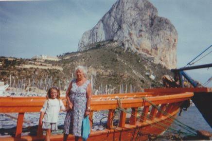 Met mijn grootmoeder in de haven van Calpe, Spanje
