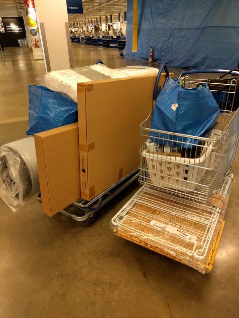 Boodschappenkarren vol met meubels e.a. in IKEA
