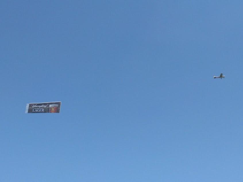 Reclame in de lucht, banner aan vliegtuig
