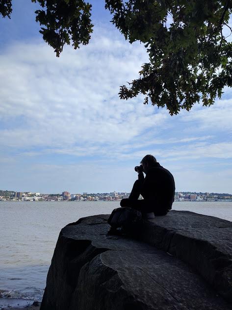 fotograferende-man-aan-de-Hudson-NJ