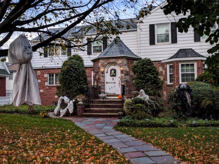 Huis versiert voor Halloween