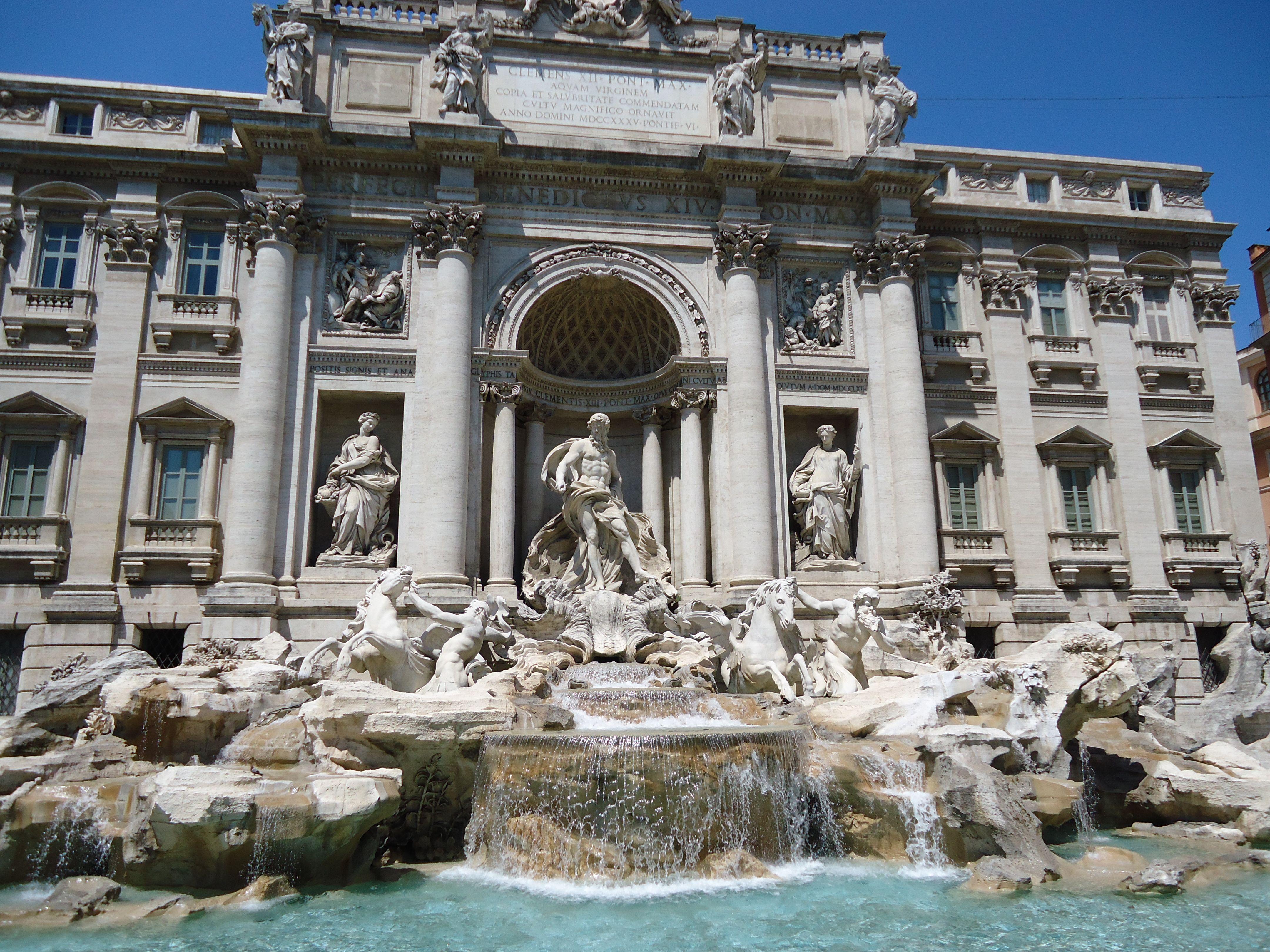 Dag 1 van een vierdaagse reis in Rome met als blikvangers het bezoeken van de Trevi fontein, het Pantheon en Via del Corso.