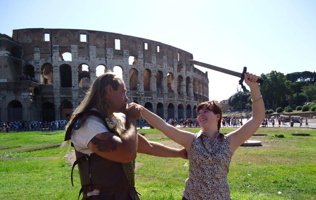 Mijn stoere gladiator en ik voor het Colosseum - Waarom Italiaans leren in Rome?