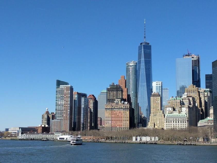 One World Trade Center gezien vanuit het water, op het puntje van downtown Manhattan