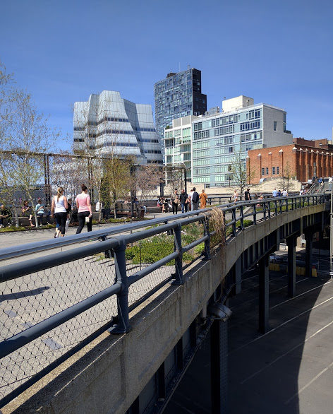 blauwe hemel op de High Line