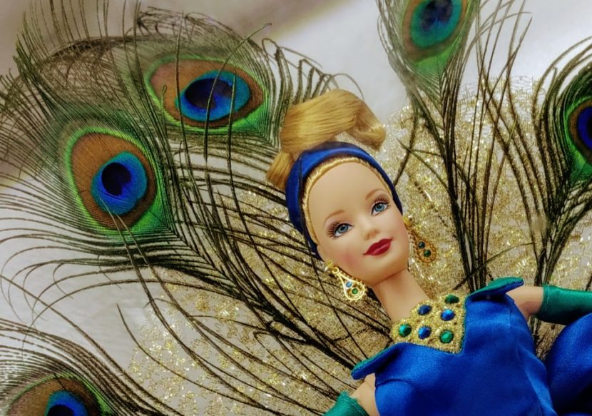 Barbie in pauwen-outfit