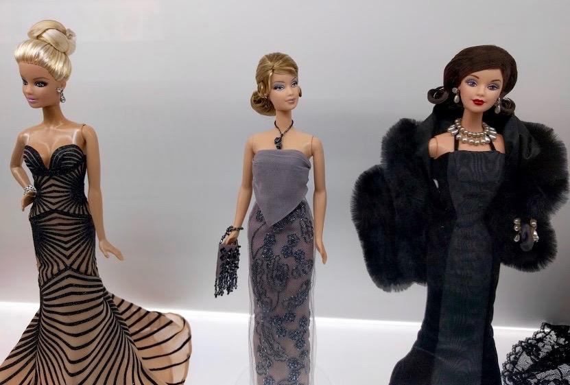 Barbie in stijlvolle zwarte/grijze galajurken van bekende designers