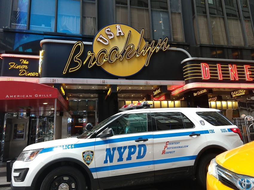 Brooklyn Diner in New York City aan Times Square met politieauto NYPD ervoor