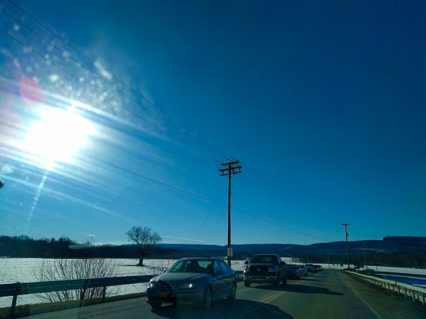 Amerikaanse weg, sneeuwlandschap, zon met tegenlicht