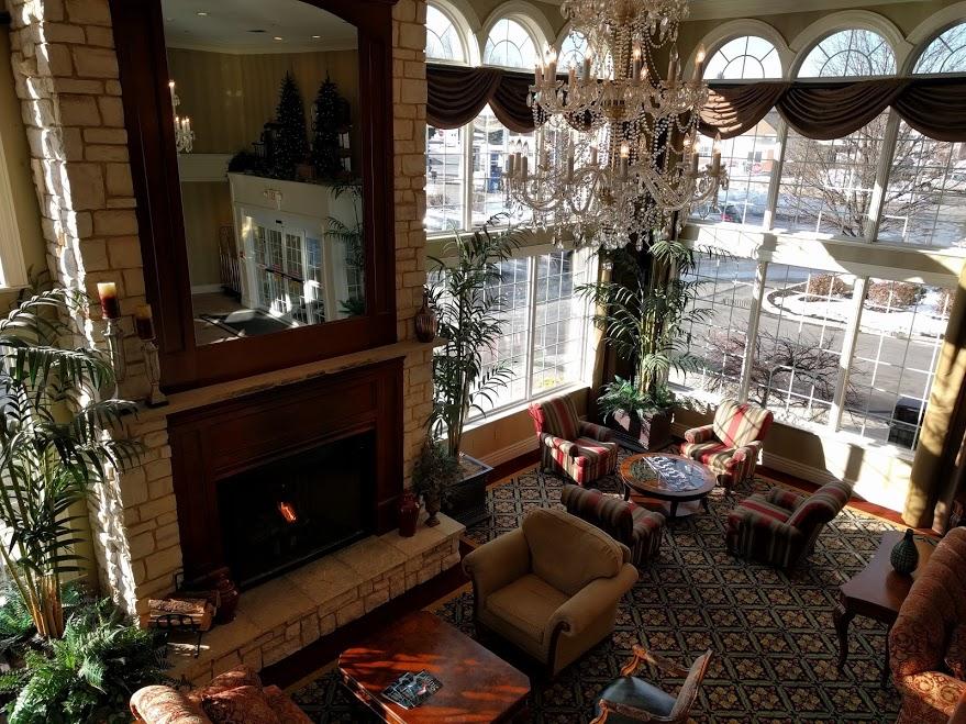 Comfort inn suites hotel in Albany met gezellige lobby met grote hoge ramen en open haard