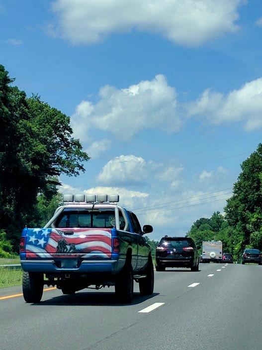 jeep met Amerikaanse vlag en strijders op carrosserie geschilderd