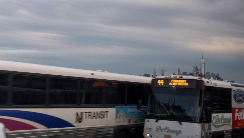 NJ Transit en Decamp Bus op de Turnpike met NYC skyline op de achtergrond