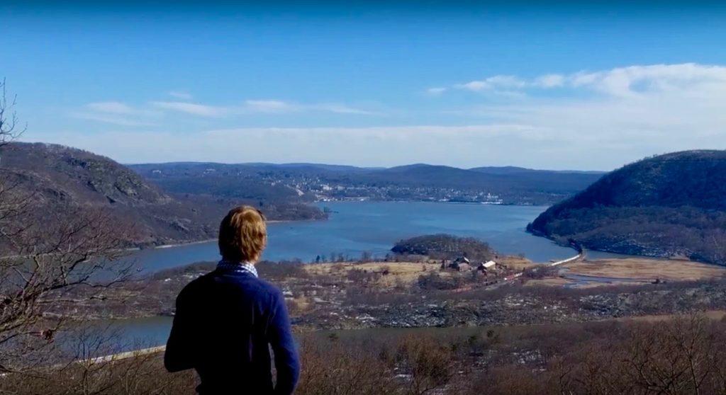 t Ventje met rug in voorgrond plus uitzicht over de Hudson Vallei met trein in t landschap
