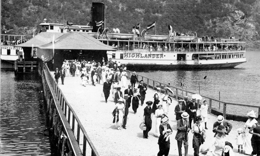 Zwart-wit foto stoomboot jaren 1915 of later Bear Mountain State Park