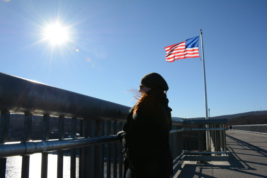Walkway over the Hudson met Davina en Amerikaanse vlag