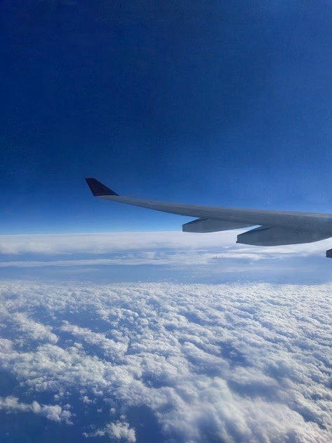 Boven de wolken vliegen