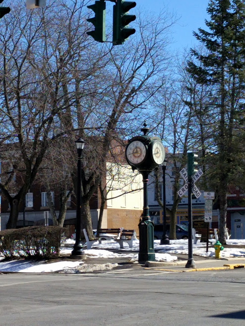 Hudson, Warren Street, Upstate NY, oude klok + train crossing road sign