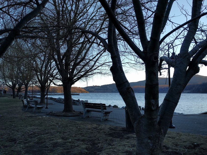 Cold Spring, zicht op de Hudson, bankjes