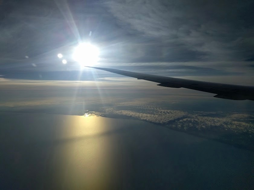 Belgische Noordzee met gouden schittering bij het ochtendgloren