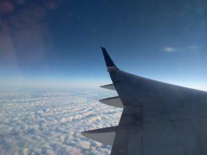 Vliegtuig - vleugel - wolken