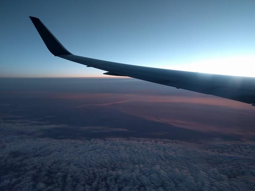 Zicht vanuit het vliegtuig bij zonsopgang