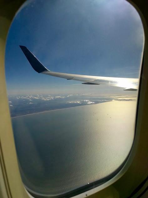 Venster - vliegtuig - zicht op Noordzee en kust Nederland, Zeeland