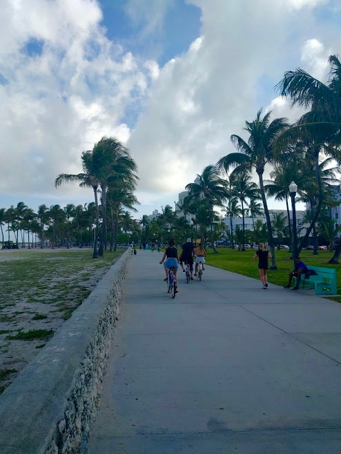 Fiets-en wandelpromenade aan South Beach, Miami
