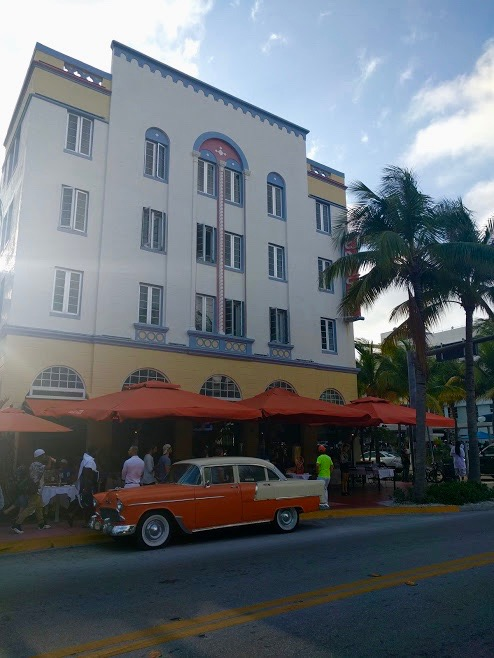 Art-Decogebouw, Ocean Drive, Miami, South Beach, oranje Cubaanse auto