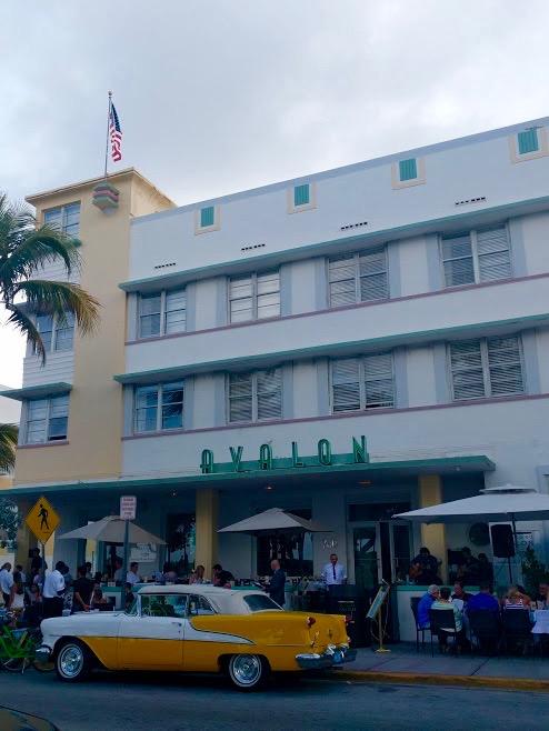 Avalon Art-Decogebouw, Ocean Drive, gele Cubaanse auto, Miami