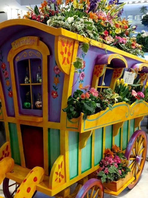 Oude woonwagen versierd met bloemen