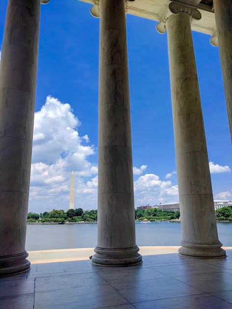 Zuilen Thomas Jefferson Memorial, zicht op Washington Monument in Washington D.C.