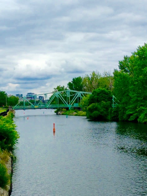 Fietsen langs Canal du Lachine in Montréal