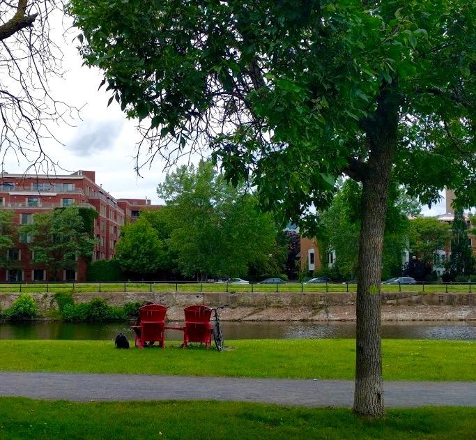 Rode adirondackstoelen langs Canal du Lachine