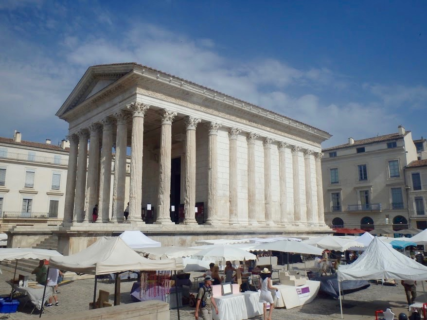 Maison Carrée met marktje in Nîmes