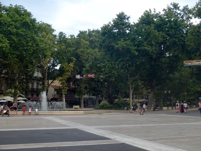 Place de la Comédie, Montpellier, fontein en bomen
