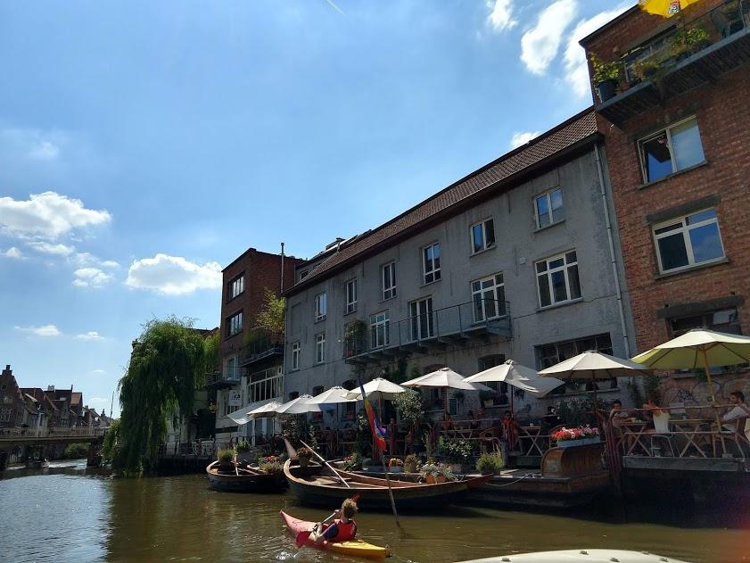 kajak en terrasjes in Gent lans de Leie