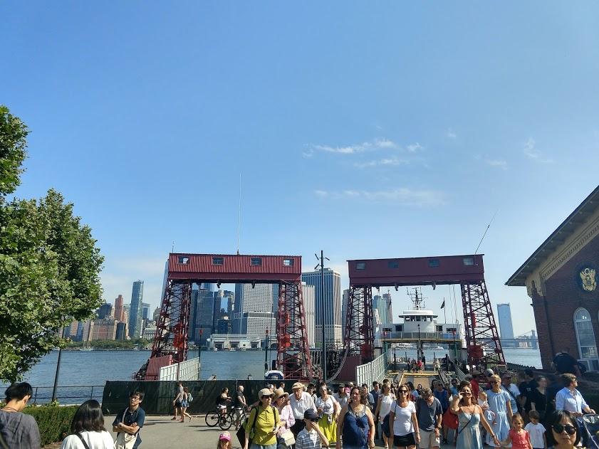 ferry pier Governors Island met erachter Manhattan
