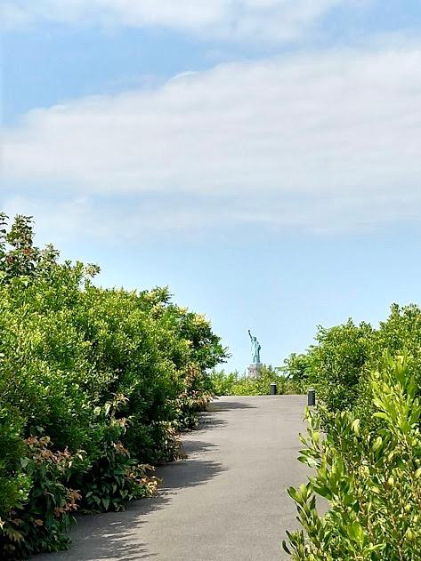 Vrijheidsbeeld, te zien op het einde van het pad op Outlook Hill, Governors Island