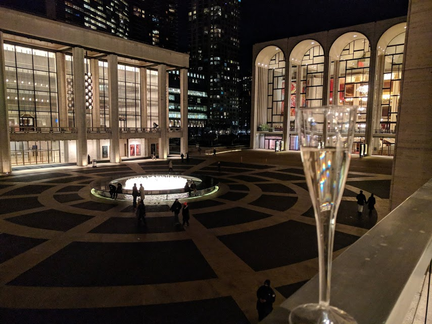 Lincoln Center by night met glas prosecco