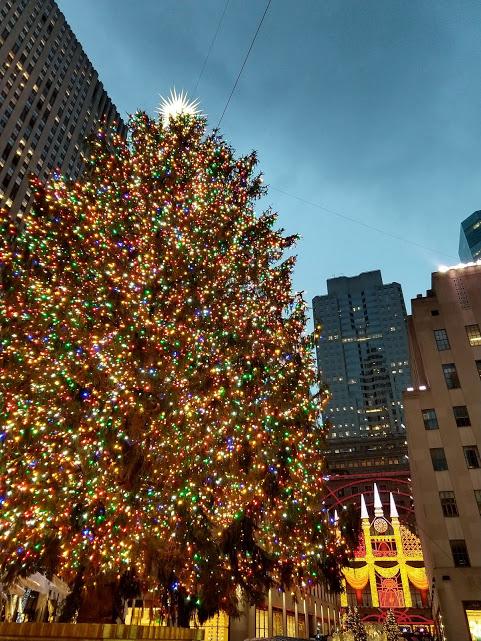 kerstboom 2018 met op de achtergrond Saks on 5th Ave