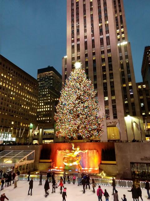 Rockefeller Plaza met kerstboom en Prometheus-beeld aan de ijspiste