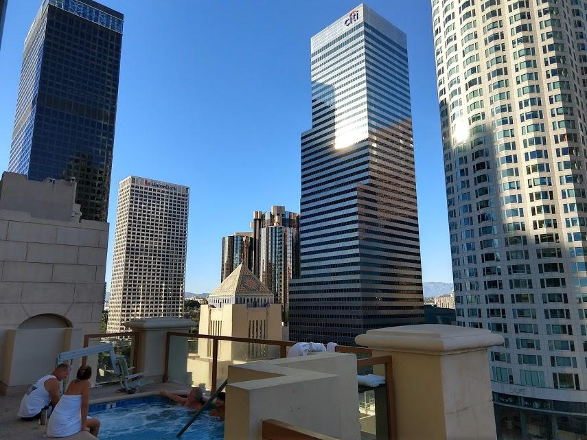 Hilton Checkers met jacuzzi en bar op de rooftop