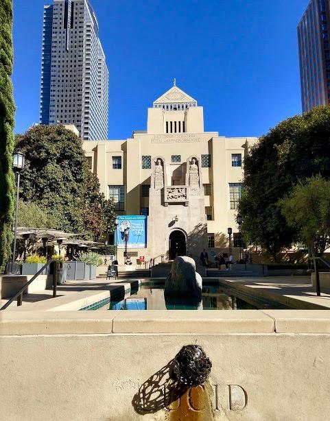 Los Angeles Central Library facade met voortuin, downtown LA
