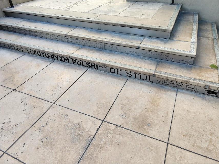 De Stijl op één van de trappen in de tuin van de Central Library in downtown LA